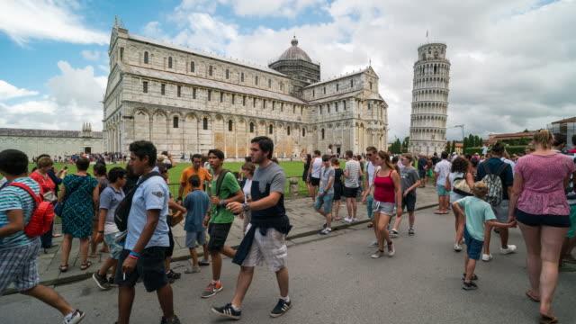zaman atlamalı, kalabalık leaning tower of pisa, i̇talya ziyaret - pisa kulesi stok videoları ve detay görüntü çekimi