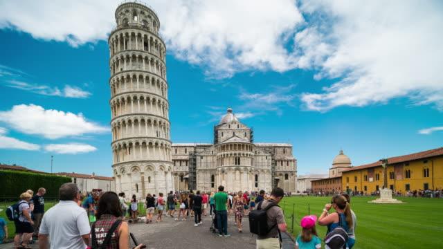 zaman atlamalı, kalabalık yürüyüş leaning tower of pisa, i̇talya - pisa kulesi stok videoları ve detay görüntü çekimi