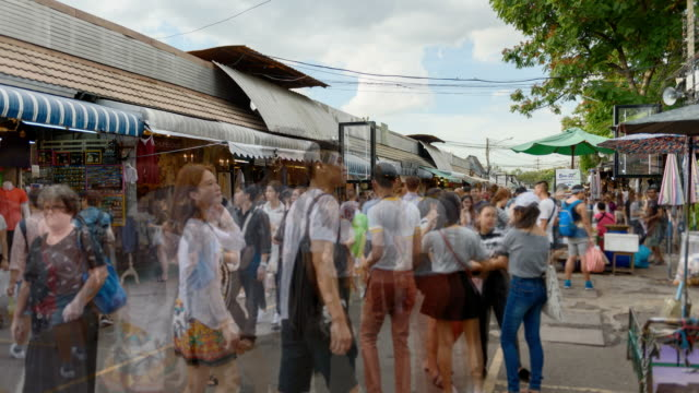 4k time lapse: crowded chatuchak weekend shopping market, famous market in thailand. - ночной рынок стоковые видео и кадры b-roll