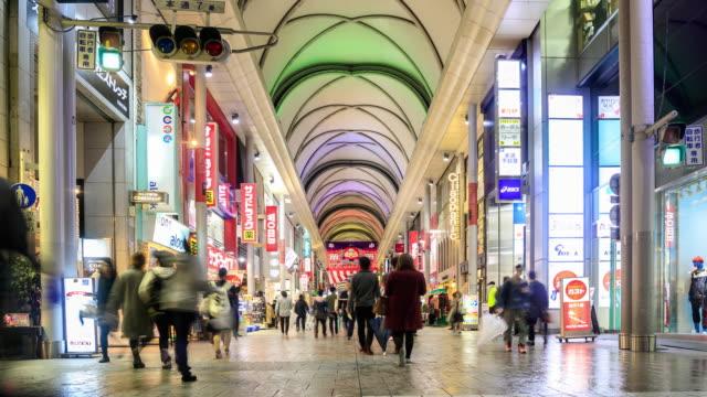 4 k zaman atlamalı: hondori alışveriş kalabalık - hiroshima stok videoları ve detay görüntü çekimi