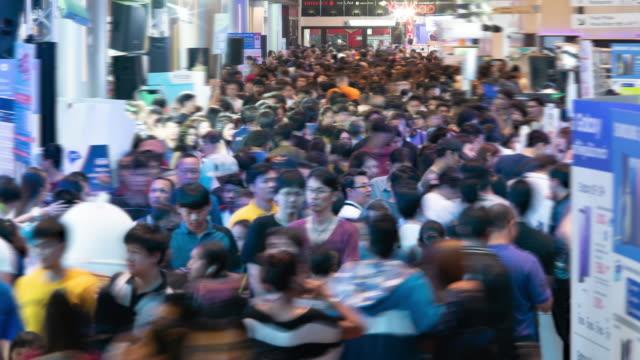 time lapse massen von menschen - bevölkerungsexplosion stock-videos und b-roll-filmmaterial