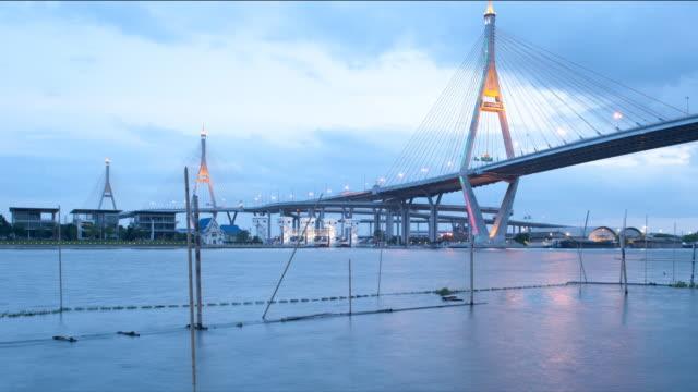 Zeitraffer von Tag zu Nacht im Bhumibol Bridge, Thailand (Schwenken) – Video