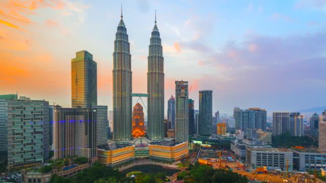 4k tidsfördröjning dag till natt av förhöjda utsikt över kuala lumpurs stadssilhuett, malaysia - petronas twin towers bildbanksvideor och videomaterial från bakom kulisserna