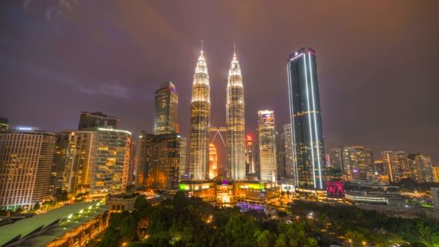 4k tids fördröjning dag till natt, sunset scene i kuala lumpur skyline med petronas twin tower, malaysia - petronas twin towers bildbanksvideor och videomaterial från bakom kulisserna