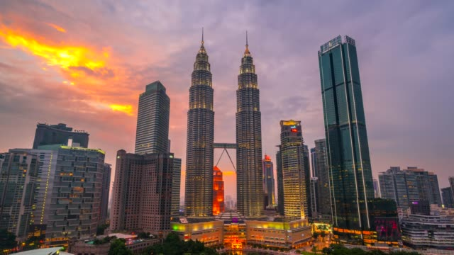 4k time lapse day to night, sunset scene of kuala lumpur skyline with petronas twin tower, malaysia - malese video stock e b–roll
