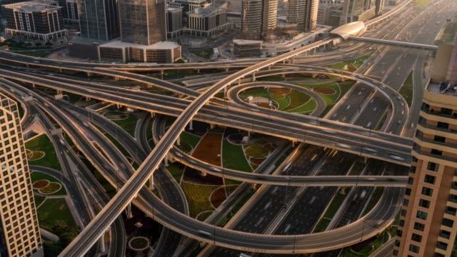 vidéos et rushes de time lapse dubai city rue ou route pleine de voitures et de métro - route surélevée