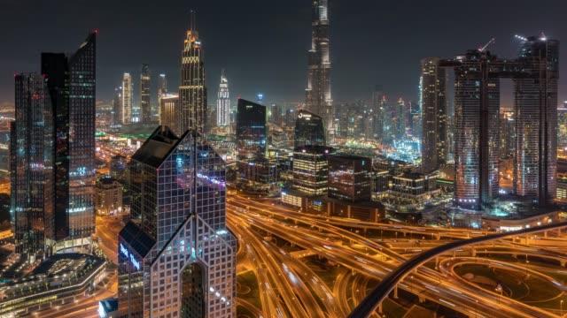 vidéos et rushes de time lapse dubai skyline au coucher du soleil/dubaï, émirats arabes unis - route surélevée