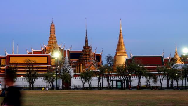 왓 프라 깨 오 주, 방콕, 태국에서 밤에 zo 시간 경과 황혼 - 에메랄드 스톡 비디오 및 b-롤 화면