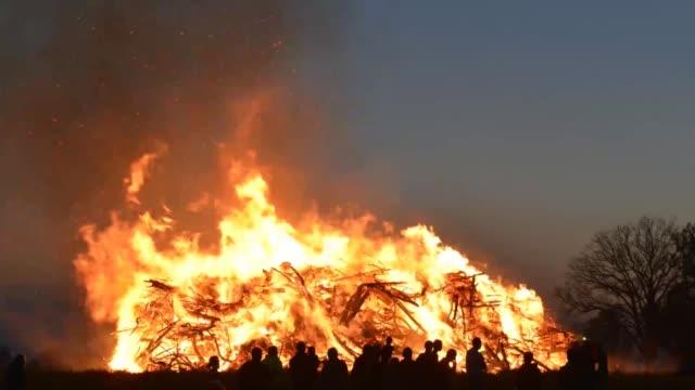 vidéos et rushes de temps lapse feu de pâques - bois texture