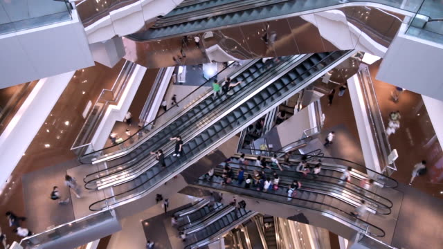 scale mobili time lapse nella moderna folla di persone del centro commerciale - escalator video stock e b–roll