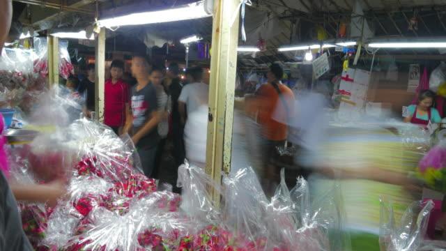 time lapse flower market (pak khlong talat) i bangkok. blomsterhandlare och handlare säljer och köpare shopping mer. - blomstermarknad bildbanksvideor och videomaterial från bakom kulisserna