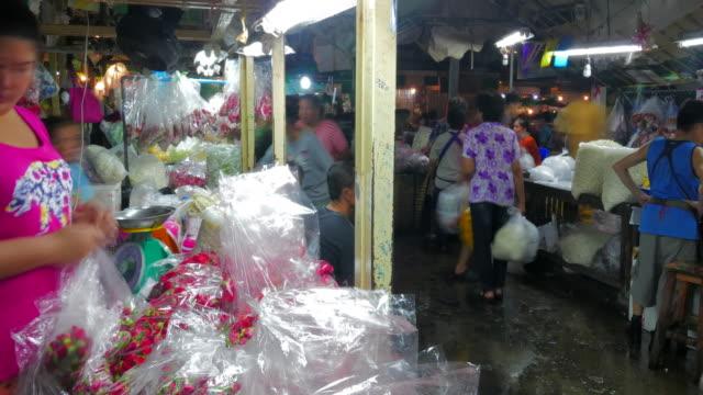 バンコクのタイムラプスフラワーマーケット(パク・クロンタラット)。花の商人やトレーダーは、より多くの買い物を販売し、買い手です。 これは、バンコクタイで最大の卸売小売新鮮な花� - 花市場点の映像素材/bロール