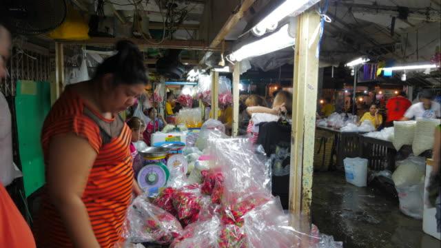 time lapse flower market (pak khlong talat) i bangkok. blomsterhandlare och handlare säljer och köpare shopping mer.  det är den största grossist-och detaljhandeln färsk blomstermarknaden i bangkok. - blomstermarknad bildbanksvideor och videomaterial från bakom kulisserna