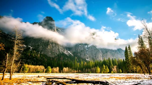 タイムラプス - 山の周りを移動する霧の雲 - カリフォルニアシエラネバダ点の映像素材/bロール