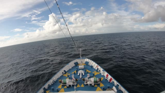 vídeos de stock e filmes b-roll de time lapse from liner going to the sea - transatlântico