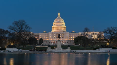 vídeos de stock e filmes b-roll de 4k time lapse front of the united states capitol building with reflecting pool at twilight time, capitol hill, washington, d.c., usa - capitais internacionais