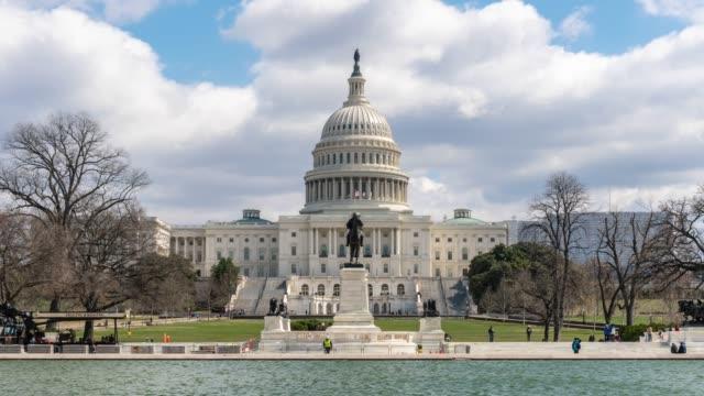 4k time lapse ön birleşik devletler capitol building ile yansıtan havuz, capitol hill, washington, d.c., abd, mimarlık ve attraction kavramı - obelisk stok videoları ve detay görüntü çekimi