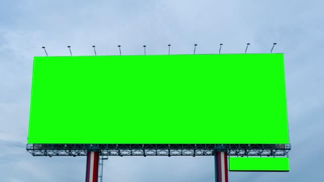 time lapse : green screen of billboard on blue sky - коммерческий знак стоковые видео и кадры b-roll