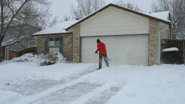 time lapse hd video man snow shoveling denver colorado home - skyffel bildbanksvideor och videomaterial från bakom kulisserna