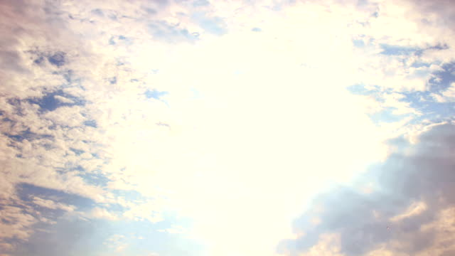 タイムラプス雲、太陽の heavenly bed (ヘブンリーベッド)。 - 層積雲点の映像素材/bロール