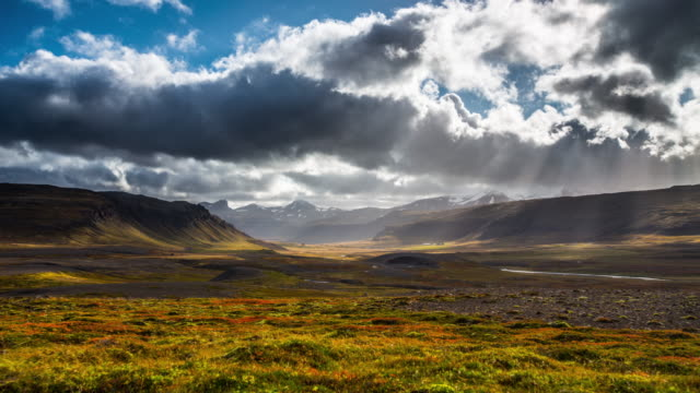 vídeos de stock, filmes e b-roll de lapso de tempo : paisagem islandesa. - céu tempestuoso
