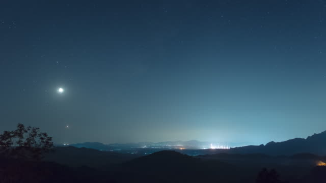 time lapse in 4k video. the phenomenon of star arrangement (saturn, moon, venus, jupiter) in the misty night sky on a hill, long exposure, mae moh, lampang, thailand. - venus filmów i materiałów b-roll