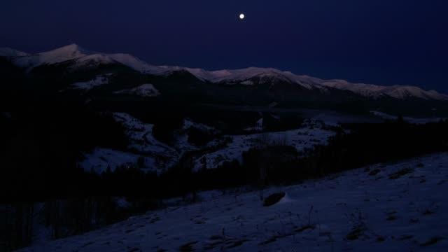 vídeos de stock e filmes b-roll de time lapse in the morning mountains - linha do horizonte sobre terra