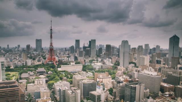 vídeos de stock, filmes e b-roll de lapso de tempo de tóquio, com a torre de tóquio no backgrund - nublado