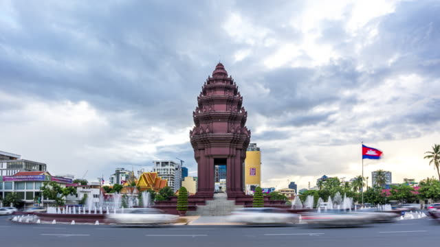 4k uhd time lapse : independence monument at phnom penh, cambodia. - cambogia video stock e b–roll