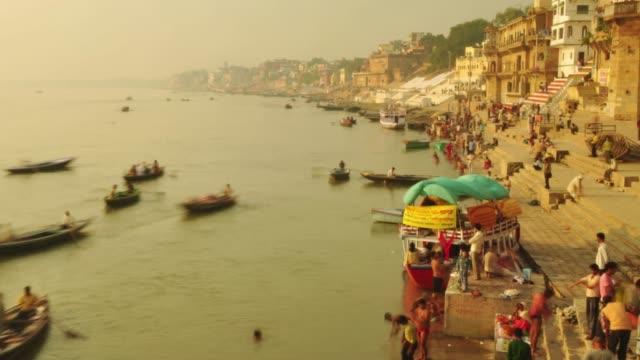 time lapse indiska pilgrimer roddbåt i soluppgången. ganges floden vid varanasi indien. - pilgrimsfärd bildbanksvideor och videomaterial från bakom kulisserna