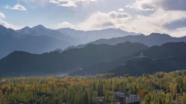4 k zaman atlamalı: dağ leh ladakh hindistan ile leh şehir - stupa stok videoları ve detay görüntü çekimi