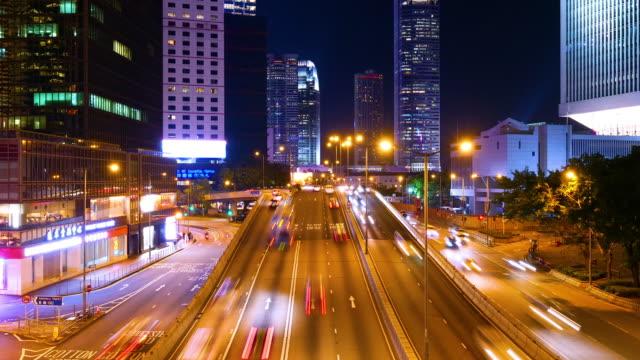 香港の都市景観スカイラインと夜の道路上のタイムラプスライトトラフィック - 移す点の映像素材/bロール