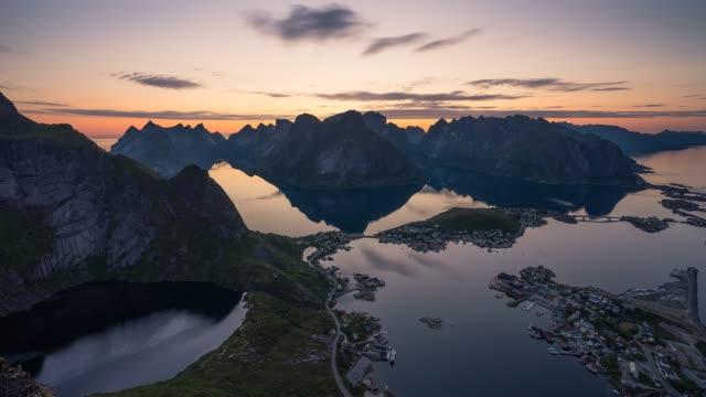vídeos de stock e filmes b-roll de time lapse lofoten island view from reinebringen mountain peak - lofoten