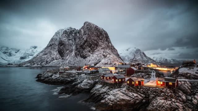 zeit lapse: die arktische landschaft der loften inseln - blockhütte stock-videos und b-roll-filmmaterial