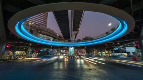 vídeos de stock e filmes b-roll de time lapse long exposure of traffic jam and car crowd intersection in rush hour at night time in bangkok, transportation with cityscape concept - futurista