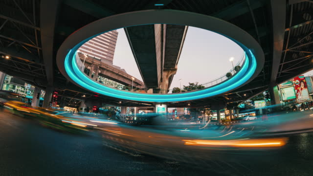 vidéos et rushes de 4k time laps long exposure of traffic jam and car crowd intersection in rush hour at night time in bangkok, transportation with cityscape concept - wagon