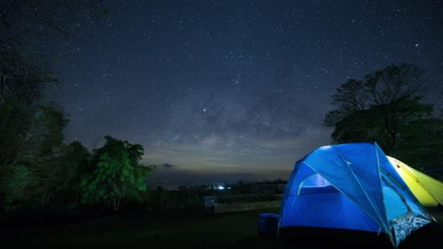 vídeos y material grabado en eventos de stock de lapso de tiempo vía láctea y cielo nocturno. - estrella del norte