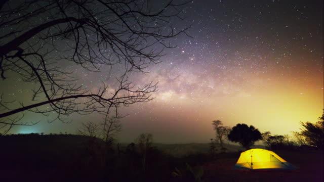 vídeos y material grabado en eventos de stock de lapso de tiempo lechoso forma y cielo nocturno. - estrella del norte