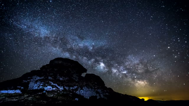 4 k intervallo di tempo-via lattea sopra la montagna - astronomia video stock e b–roll