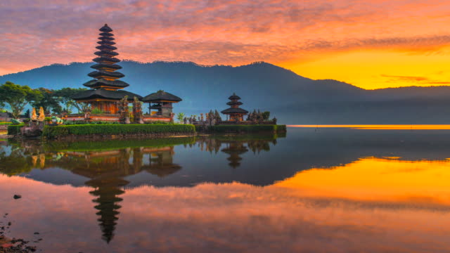 4k time lapse movie sunrise scene of pura ulun danu bratan temple, bali, indonesia - tempio video stock e b–roll