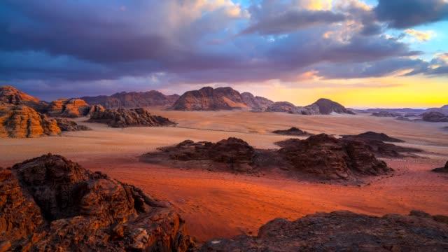 tidsinställd filmen sunset scen av wadi rum desert i jordanien, det är också känd som dalen av månen, många film skott i wadi rum - mellanöstern bildbanksvideor och videomaterial från bakom kulisserna