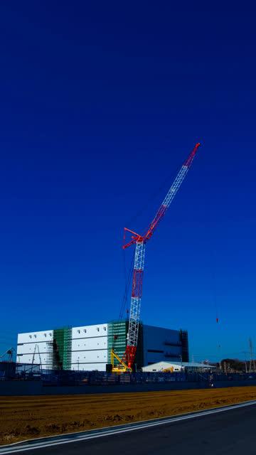 Zeitraffer beweglicher Kran bei der Unterkonstruktion in Niiza Saitama vertikal – Video