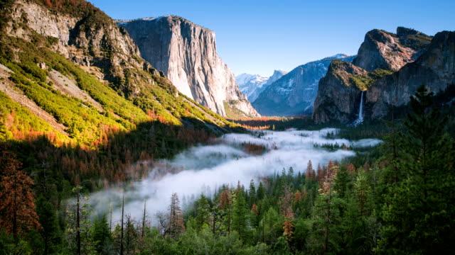 zeitraffer - beweglichen nebel im yosemite national park - kaskaden gebirge stock-videos und b-roll-filmmaterial