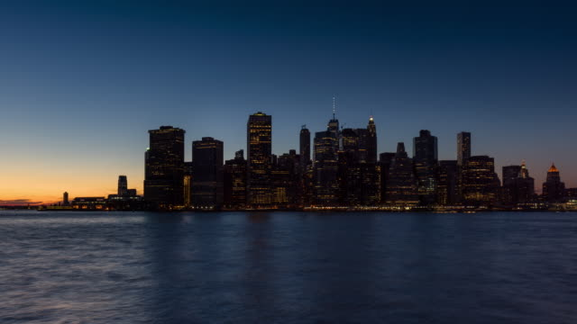 Time lapse New York City Financial District and the East River at twilight - vídeo