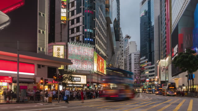 Time lapse: Night cityscape of Hong Kong city business district with traffic light trails - vídeo