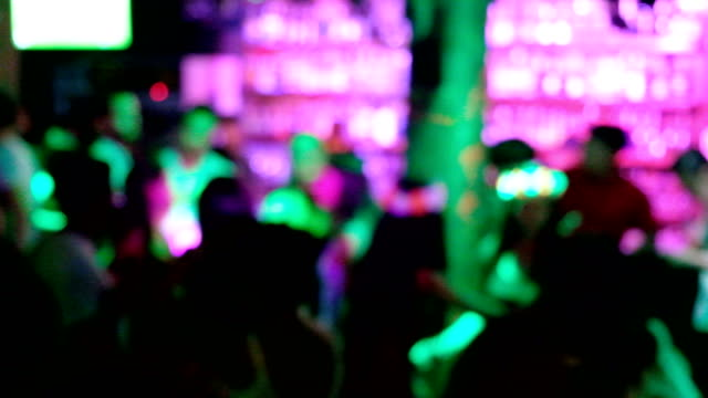 4k time lapse : night life party at pub. many people is dancing and enjoying. - phuket video stock e b–roll