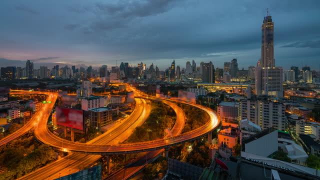 4k zaman atlamalı gündoğumu filistinliyi bangkok manzarası panorama ve bangkok şehir şehir merkezinde ışık ile gökdelen günün gecesine od araba otoban bangkok tayland eğrisindeki rotaları. - bangkok stok videoları ve detay görüntü çekimi