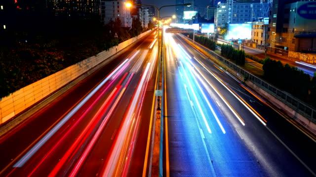 vídeos de stock, filmes e b-roll de tráfego da noite do lapso de tempo em banguecoque, tailândia. - light trail