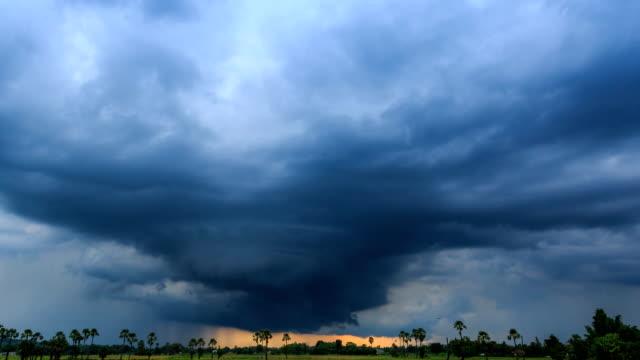 vídeos y material grabado en eventos de stock de tiempo lapso nimbus nubes flotantes y lloviendo sobre campo rural (zoom out) - tornado