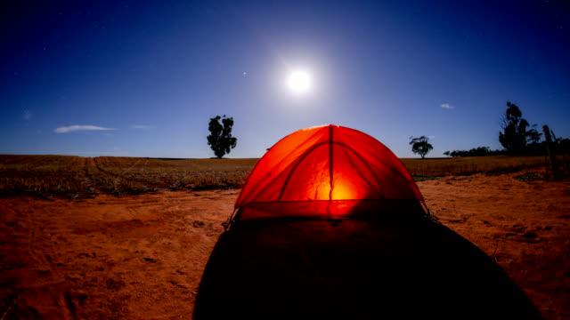 時間の経過、夜キャンプのテントの - 起伏の多い地形点の映像素材/bロール